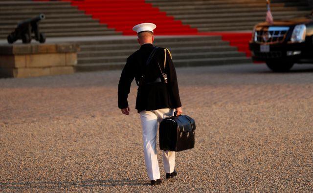 Vojak s kovčkom, ki vsebuje izstrelitvene kode za ameriško jedrsko orožje, je vedno blizu ameriškega predsednika. Foto Reuters