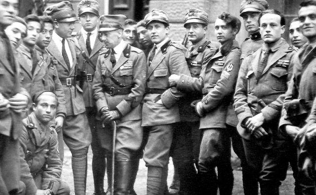 D'Annunzio (na sredini s palico) v družbi legionarjev, s katerimi je leta 1919 zasedel Reko. FOTO: arhiv