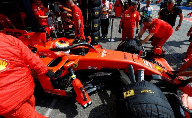Sebastian Vettel si je dal za dirko v Hockenheimu izdelati novo čelado v barvah nemške zastave. FOTO: Reuters