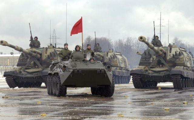 Kot poročajo romunski mediji, je na ustavljenem transportu 30 ruskih tankov in 30 oklepnih transporterjev. FOTO: Pavel Pavlov/Reuters