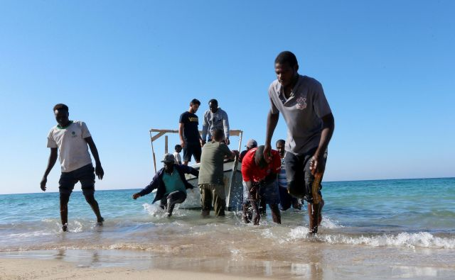 Rešeni migranti na obali Tripolija. FOTO: Ismail Zitouny/Reuters
