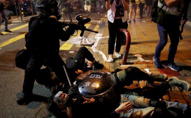 Več deset tisoč demonstrantov je včeraj protestiralo proti spregi med podzemnim kriminalom in vlado. FOTO: Reuters