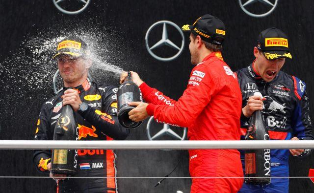 Drugouvrščeni Sebastian Vettel (na sredini) je s šampanjcem poškropil zmagovalca Maxa Verstappna (levo). Tretji je bil presenetljivo Rus Danil Kvjat.<br /> Foto Reuters