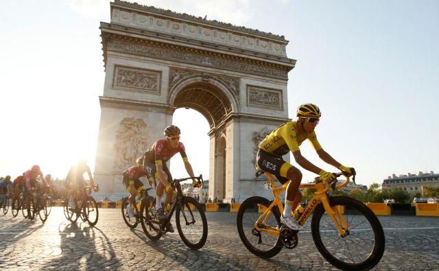 Egan Bernal je v rumeni majici užival med vožnjo ob pariškem Slavoloku zmage. Foto Reuters