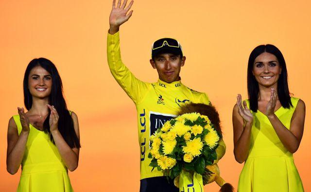 Egan Bernal je takole proslavil zanj zgodovinsko prvo skupno zmago na kolesarski dirki po Franciji. FOTO: AFP