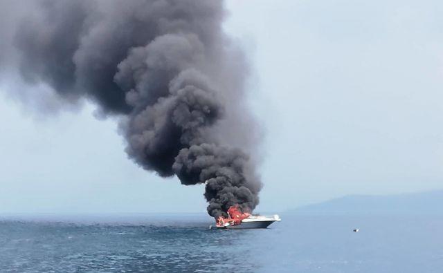 Nad zalivom jebil dobro viden črn dim. FOTO: URSP
