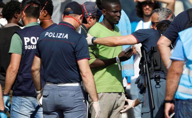 Z ladje so sicer iz zdravstvenih razlogov dovolili več migrantom. FOTO: Antonio Parrinello/Reuters