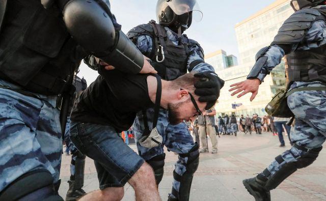 Jašin, ki so ga na sobotnih protestih prijeli, je na twitterju pozval k novim, večjim protestom prihodnjo soboto. FOTO: Shamil Zhumatov/Reuters