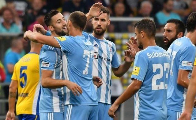 Andražu Šporarju (levo) je čestital za gol tudi Kenan Bajrić (tretji z leve), njegov soigralec že pri Olimpiji. FOTO: Slovan Bratislava