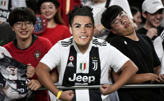 Eden od južnokorejskih navijačev je na tribuni zaman pričakoval napovedani nastop Cristiana Ronalda. FOTO: AFP
