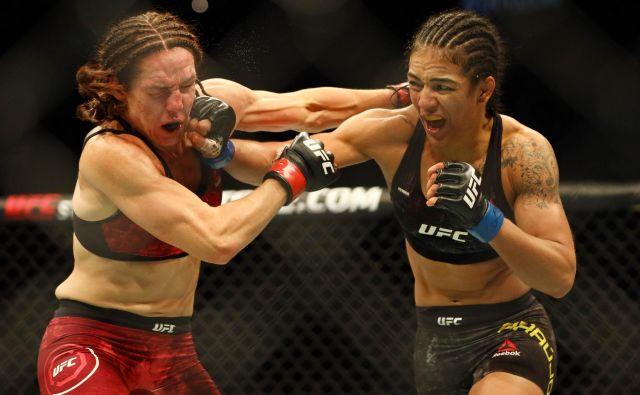 V kanadskem Edmontonu je potekal spektakel borilnih veščin UFC 240, v katerem sta se med drugim pomerili tudi Viviane Araujo z modrimi rokavicami in Alexis Davis. FOTO: Sergei Belski/USA TODAY Sports