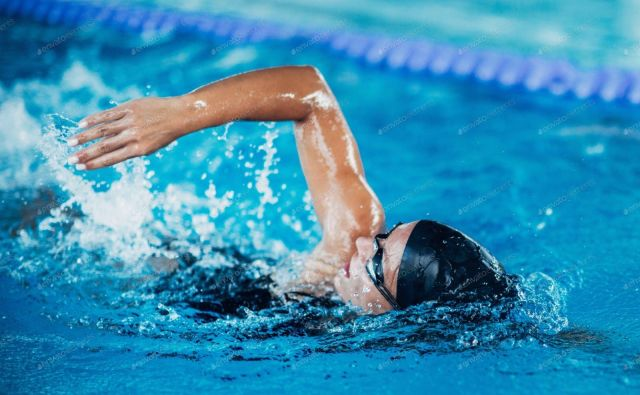 Med plavanjem ležimo iztegnjeni na gladini (voda nam pri glavi sega do lasišča ali do plavalne kape) in nenehno udarjamo.