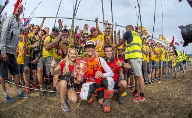 Takole se je slovenski motokrosistični junak vnovičnih stopničk veselil z dekletom Špelo, bratom Nejcem in zvestimi slovenskimi navijači. FOTO: HRC