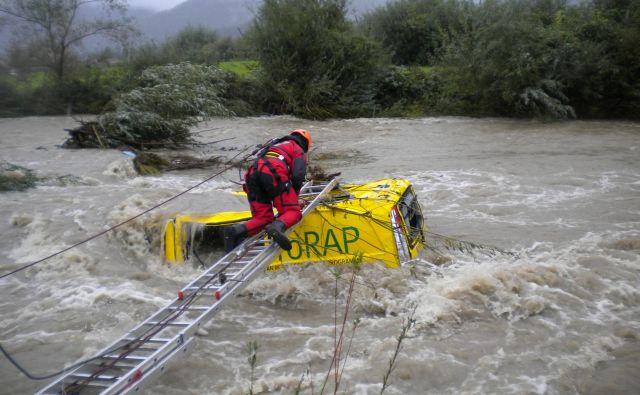 Vozilo je pristalo v strugi potoka, tok pa ga je odnesel. FOTO: PGD Prekopa