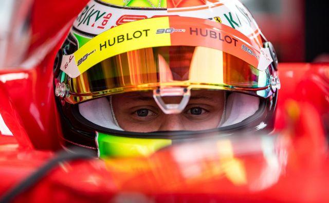 Mick Schumacher je izjemno užival v vožnji s ferrarijem F2004. FOTO: AFP