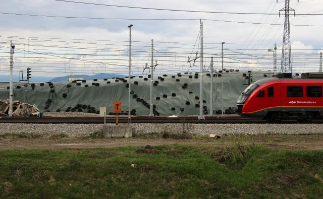 Vlaki v smeri proti Pragerskemu že več kot dve leti vozijo mimo deponije nevarnih odpadkov z železniškega gradbišča v celjskem Čretu. FOTO: Brane Piano