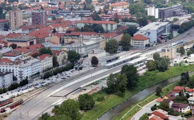 Lani so za 36,6 milijona evrov končali modernizaciji železniških postaj Celje in Laško. Na fotografiji: potniška železniška postaja in novi tiri v Celju. FOTO: Brane Piano