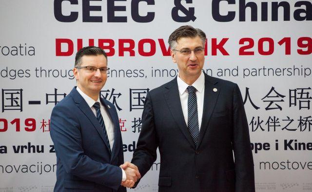 Premier Šarec (na fotografiji s hrvaškim kolegom Andrejem Plenkovićem) še ni jasno odgovoril, ali naj Slovenija vstop sosede v schengen pogojuje do popolne uveljavitve arbitražne razsodbe. FOTO: Cropix