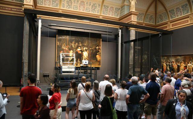 ▲ Obiskovalci lahko spremljajo potek restavriranja in raziskav. Foto Milan Ilić