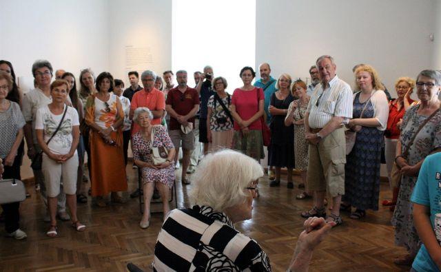 Zora Plešnar je 94. rojstni dan zaznamovala z vodstvom po svoji izjemni razstavi v UMG. Foto arhiv UMG