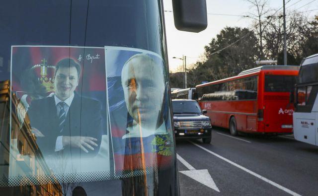 Srbski predsednik Aleksandar Vučić je vesel vsake priložnosti, ko se lahko znajde ob ruskem predsedniku Vladimirju Putinu, četudi le na plakatu. FOTO: Jože Suhadolnik