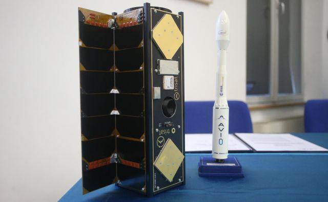 Prvi slovenski nanosatelit Trisat bo evropska nosilna raketa Vega predvidoma oktobra ponesla v orbito. FOTO: Tadej Regent/Delo