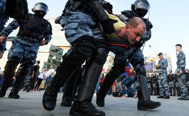 Po uradnih navedbah so ruske oblasti med sobotnimi protesti prijele več kot 1000 od skupno 3500 protestnikov. FOTO: Kirill Kudryavtsev/AFP