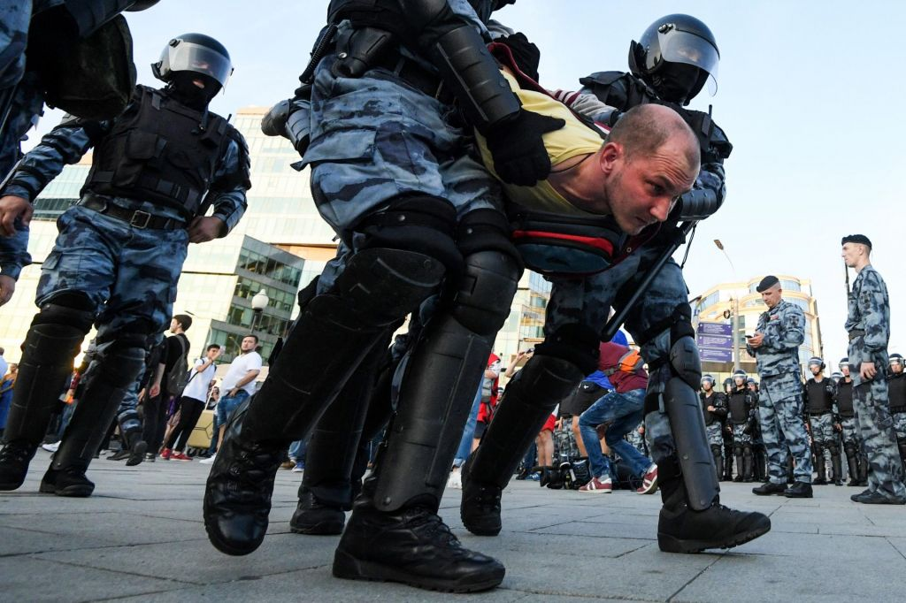 Zaradi izgredov po protestih v Rusiji sprožili preiskavo