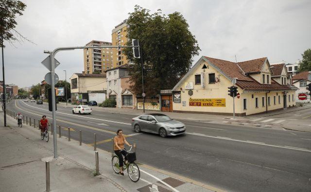 Gostilno Keršič in salon pohištva nameravajo zaradi nove soseske in predvidene širitve Celovške ceste porušiti.<br /> FOTO: Uroš Hočevar/Delo