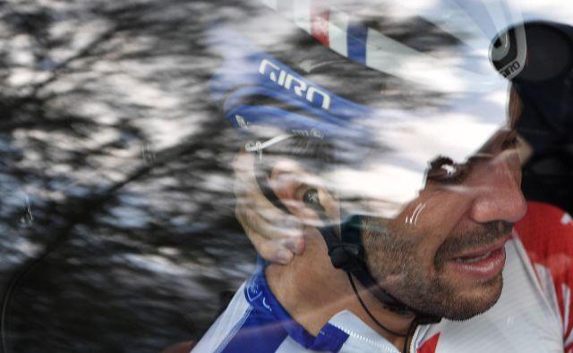 V predzadnji alpski etapi je objokan v hudih bolečinah sestopil s kolesa in se s strgano stegensko mišico usedel v klubski avtomobil ter končal dirko po Franciji. Časnik Le Parisien je zapisal: »Ko je jokal Thibaut, je z njim jokala cela Francija.« FOTO: AFP