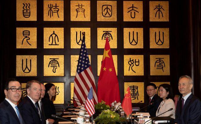 Kitajsko-ameriška pogajanja so se danes v Šanghaju nadaljevala z majhno pomočjo meteorologije in šumenja reke Huagpu. FOTO: Reuters