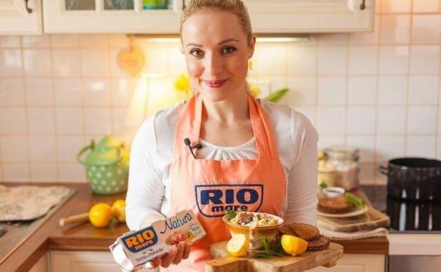Celoten Anin recept za korenčkov humus s črnim sezamom in tunino preverite na blogu <strong>Anina kuhinja.</strong>