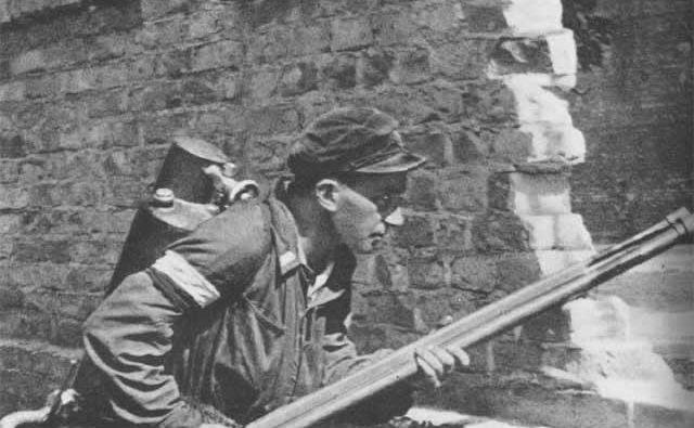 Pripadnik Domovinske armade, oborožen z metalcem plamenov domače proizvodnje. Foto wikipedija