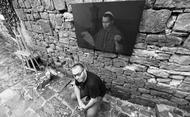 Beograjski slikar Saša Marjanović nadaljuje niz zagonetnih intimističnih portretov. Letos je njegov izbranec mladi papež Gregor IX. Fotografije Rok Kvaternik