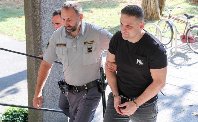 Mirana Fabjana so na sodišče pripeljali iz pripora, po obravnavi pa ga je zapustil sam. FOTO: Marko Feist