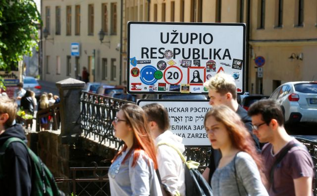 Kot vsaka prava republika ima tudi Užupis meje, zastavo, vlado in ustavo. Foto: Reuters