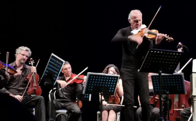 Massimo Quarta, izjemen violinski nastop, ki se ni pustil zmesti neprimernim aplavzom. Foto Boris Šuligoj