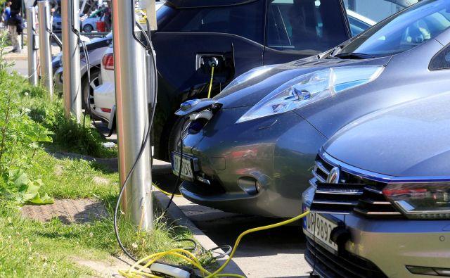 Nemška vlada krepi davčne olajšave za električna vozila za poslovno uporabo, a ljubezni do električnih vozil Nemci še ne čutijo.<br /> FOTO: Reuters