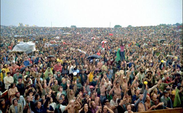 Pogled na množico obiskovalec na prvem festivalu avgusta leta 1969, ko je nastopilo 30 glasbenikov. Woodstock je bil krona gibanja otrok cvetja, na njem nista bili pomembni samo glasba in zabava, ampak je simboliziral svobodo. FOTO: AFP