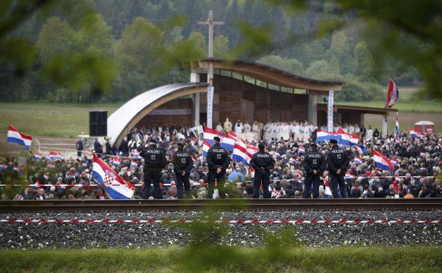 Lani so po slovesnosti obsodili šest ljudi zaradi kršenja zakona o prepovedi nacističnih simbolov. FOTO: Matej Družnik/Delo