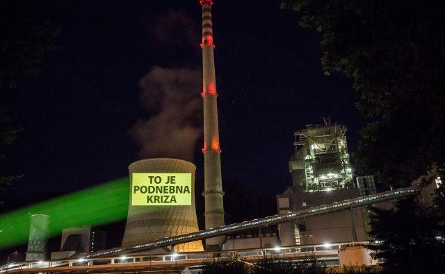 Eno od sporočil, ki so jih aktivisti projicirali na hladilni stolp šoštanjske termoelektrarne.FOTO: Tomislav Obrovac/Greenpeace Slovenia