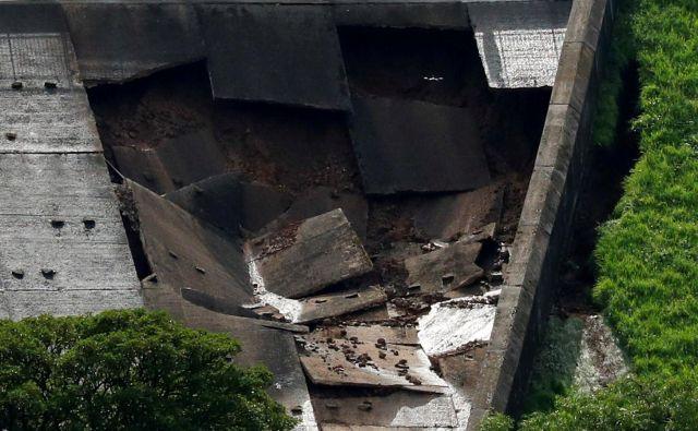 Če bo jez popustil, bo najverjetneje poplavilo mesto Whaley Bridge. FOTO: Phil Noble/Reuters