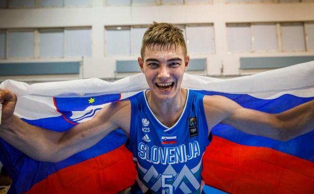 Žiga Samar se je v četrtfinalu mladinskega EP razveselil prvega trojnega dvojčka. FOTO: FIBA