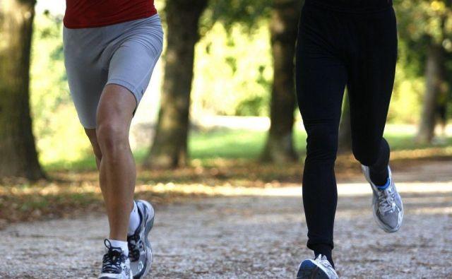 Tekač hitro spremeni vzorec teka, kar začasno zmanjša težave.
