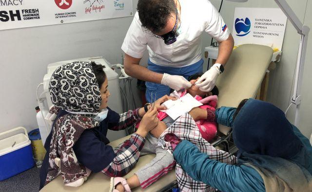 Zobozdravniki prostovoljci zagotavljajo oskrbo, ki jo v danih omejenih razmerah lahko varno in dobro opravljajo. Foto osebni arhiv