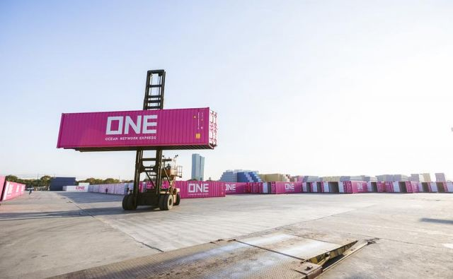 Japonski ladjar Ocean Network Express – ONE, ki je prepoznaven po rožnatih kontejnerjih, od lani povezuje Koper z egiptovsko Damietto in grškim Pirejem. Foto Luka Koper