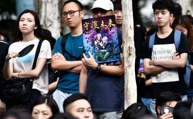 V tujih medijih se vse pogosteje pojavlja vprašanje, ali je Hongkong še varno mesto za obiskovalce. Nekaj držav je svoje prebivalce, ki potujejo v to mesto, že opozorilo, naj se izogibajo krajem, kjer se nadaljujejo demonstracije.<br /> Foto AFP
