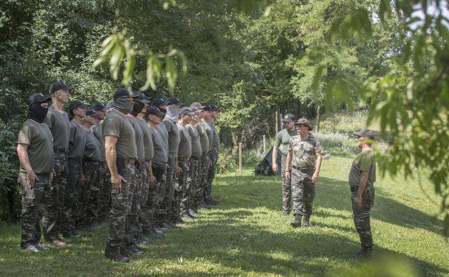 Skupina pripadnikov Štajerske varde po neuspešno opravljeni vaji iskanja »vsiljivcev« poroča vojvodi Andreju Šišku. FOTO: Leon Vidic/Delo