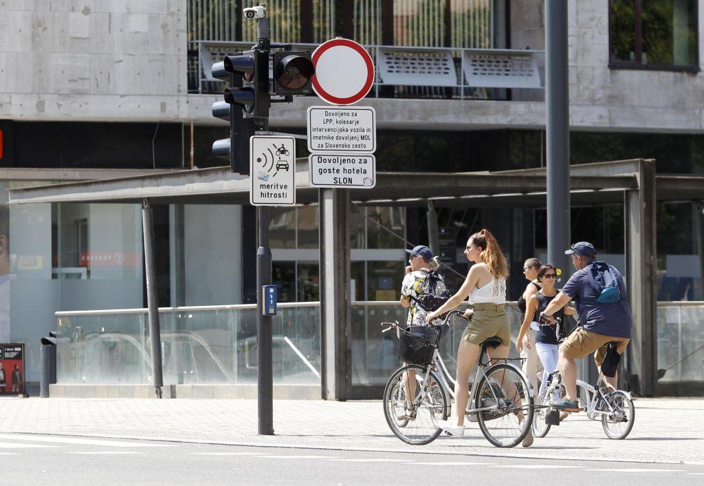 FOTO:S kolesi nevarno vijugajo med avtobusi in pešci