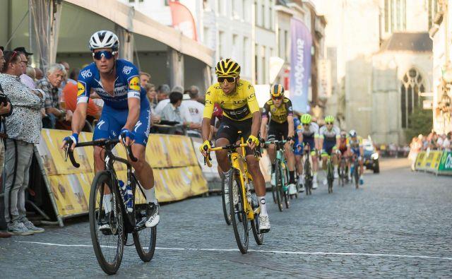 V minulem tednu je Evenepoel dirkal tudi na enem od tradicionalnih kriterijev po Touru v Aalstu, ob njem na fotografiji Egan Bernal v rumeni majici. FOTO: AFP